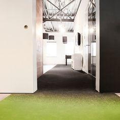 custom made dessin. 2 ruimtes worden verbonden met 1 kwaliteit, gescheiden door een natuurlijk verloop van de kleurtint. www.leoxx.nl
