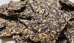 Als Knäckebrotersatz möchte ich die wundervoll nussig schmeckenden, sehr knusprigen Körnerscheiben gar nicht bezeichnen, da sie meiner Meinung nach wesentlich besser als herkömmliches Knäckebrot schmecken. Zur Herstellung habe ich ausschließlich Samenkörner, Wasser und Gewürze verwendet. Zusammengehalten wird das Knäckebrot durch die vom gewässerten Leinsamen abgesonderten Schleimstoffe. K ...
