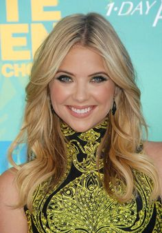 Ashley Benson .. perfect highlights + lowlights, just needs a root touch up haha