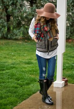 Herringbone vest, plaid scarf and Hunter boots - Twenties Girl Style Hunter Boots Outfit, Black Hunter Boots, Fall Winter Outfits, Autumn Winter Fashion, Summer Outfits, Winter Style, Outfits Otoño, Trendy Outfits, Fashion Outfits