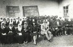 """Millet Mektebinde tahtada """"Bizi cehaletten kurtaran ulu GAZİ var ol!"""" yazıyor. Elmacık köyü, Kofcaz, Kırklareli, 1929."""