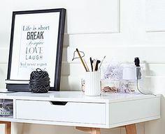 TAMHOLDT hvidt kontormøbel med egefarvede ben