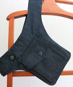 Bolsa De Cintura com Zíper - Cartucheira Hip Purse, Hip Bag, Handmade Handbags, Leather Bags Handmade, Bag Patterns To Sew, Denim Bag, Fabric Bags, Little Bag, Clutch