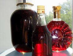 Приготовление домашней наливки:- 4 стакана сахара- 4 стакана воды- 4 стакана ягод ( любой, что любите вы и ваша семья )- 4 стакана водкиСахар заливаем теплой кипяченой водой, чтобы он не осел на дно, …