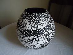 Reciclagem vaso feito com jornal e decorado com casca de ovo