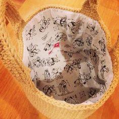 麻ひもバッグの内袋の作り方です、お待たせしました。結構長くなりそうなので、何回かに分けますね~。麻ひもバッグというと宿敵の毛羽埃。そして重さだと思います。結構麻ひもバッグ、重いんですよね。私は荷物が多い人なんで麻ひもバッグ使うと重くて疲れが増す…。という事で、内袋に使う布はなるべく軽いものにしたい。可愛い柄で、安価なもの。いつものようにダイソーさんをパトロール中に見つけました。そう、手拭いです。ダイソーさんもセリアさんも手拭いがすんごい可愛いのです!安いし、万が一失敗しても惜しくない。という事で手拭い採用!手拭い1枚で入れ口が80cmまで作れます。それより大きい場合は2枚必要になります。今回は丸底の内袋の作り方になります。この方法では入れ口に向かって増し目で広がるタイプのバッグには対応できません。入れ口まで増し...麻ひもバッグの内袋、型紙編。