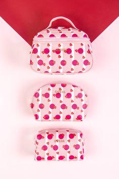 Damska kosmetyczka to praktyczny prezent. 👛 Pot Holders, Valentines Day, Valentine's Day Diy, Hot Pads, Potholders, Valantine Day, Valentines, Planters, Valentine's Day