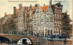 Het Papeneiland, op deze oude kaart is de situatie van voor de restauratie te zien. De oorspronkelijke dubbele trapgevel uit 1641 was verdwenen. Bij de tweede restauratie in 1955 werden de trapgevels teruggebracht. De bergruimte onder de brug is er nu ook niet meer.