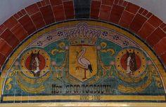Ooievaar in het voormalig sportgebouw in de Theresiastraat.