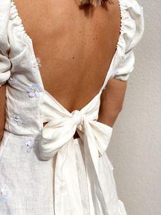 C'est à environ une heure de Paris, en plein milieu d'un champ de blé qu'a eu lieu le défilé de la collection printemps-été 2021 de JACQUEMUS intitulée L'AMOUR. #jacquemus #fashion #clothes