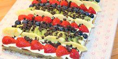 En flot og overraskende nem kage med frisk frugt og en dejlig creme, som kan bruges til enhver festlig lejlighed. Det der gør den ekstra særlig, er den perfekte kombination af det søde, det syrlige og det friske. Köstliche Desserts, Delicious Desserts, Yummy Food, Danish Food, Creme, Food Cakes, Love Cake, Cake Recipes, Sweet Tooth
