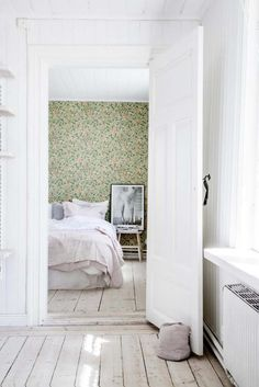 William Morris wallpaper in the bedroom of a dreamy, rural Swedish summer cottage of Erica Franzén. William Morris Wallpaper, Morris Wallpapers, Home Interior, Interior Design, Decoration Design, Scandinavian Home, Home Decor Trends, Decor Ideas, Art Decor