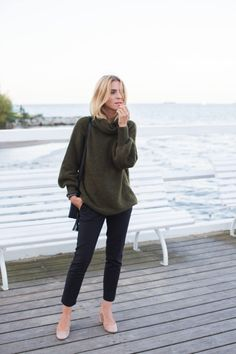 This is how to wear an over sized jumper; Katarzyna Tusk matches her turtleneck with fitted pants for a smart look that can be worn to work or around town. Look Fashion, Timeless Fashion, Vintage Fashion, Fashion Outfits, Fashion Trends, Zara Fashion, 50 Fashion, Cheap Fashion, African Fashion