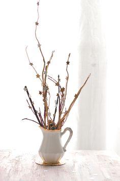 Un petit bouquet de branches à accessoiriser en fonction de la saison (des étoiles pour l'hivers, des fleurs et des oeufs de paques pour le printemps et l'été, des feuilles tombées pour l'automne,...)