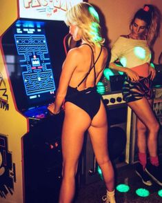 I don't remember the chicks in the arcade looking quite like this 🤔 Retro Arcade Games, Mini Arcade, Pac Man, Pinball, Pc Photo, Video Game Music, Vintage Video Games, Sexy Geek, Arcade Games