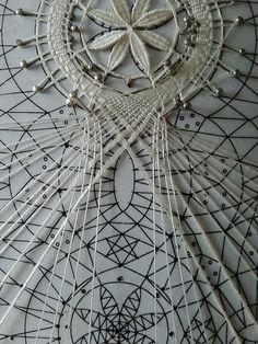..Мастер класс по выполнения косынкисобран из фотографий сделанных в процессе плетения, возможно кому то он поможет разобраться во всех хитросплетениях...Заплет начинается сразу с цепочки, я плела косынку на 8 пар, соответственно на цепочку пона... Bobbin Lacemaking, Fillet Crochet, Bobbin Lace Patterns, Tatting Jewelry, Lace Making, Lace Flowers, Lace Design, String Art, Crochet Lace
