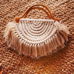 Diy Macrame Earrings, Macrame Art, Macrame Projects, Crochet Bedspread, Macrame Patterns, Crochet Handbags, Straw Bag, Bag Accessories, Handmade