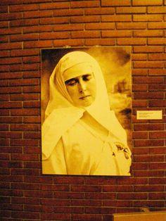 """O expozitie de fotografii, din care unele inedite -poate fi vazuta in Foaierul Teatrului National I L Caragiale Bucuresti. Evenimentul vizual """" Regina Soldat"""" se incadreaza in seria man…"""