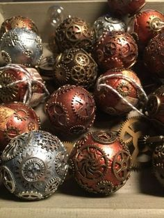Recycling and Unique Christmas Decorating Ideas in Steampunk. - Steampunk style Christmas decorating is about recycling metal parts for creative and original ornaments Christmas Baubles, Diy Christmas Gifts, Handmade Christmas, Holiday Crafts, Christmas Tree, Pink Christmas, Christmas Carol, Christmas Ideas, Xmas