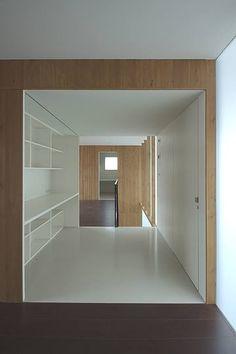 """森之住宅——即使房子沒有身處於森林之中,也要讓家擁有森の味。這間位在東京武藏野郊外住宅區的房子,利用天然木材質塑造家的外觀,除了內退室內空間來創造前庭,與周邊的住屋、馬路區隔開來,內部空間的木質調也用得極有巧思,可做為端景、也為景深框出外框、當作樓梯素材亦具有視覺延展的功能,讓整個家由外而內的感受""""清""""的閒適美感。 via CASE DESIGN STUDIO"""
