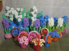 Bloemenmandjes vol met bloemen gemaakt van ballonnen