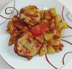 Tepsis csirke burgonyával, csodás szósszal.   Főétel gyorsan, finomat a sütőből!     Hozzávalók 4 személyre:   4 egész csirkecomb vagy 8 csirke felső comb   80 dkg tisztított kockára vágott burgonya   1 kis doboz paradicsom püré   4 gerezd fokhagyma   fél teáskanálnyi curry   0,5 dl száraz vörösbor   só, bors  ...
