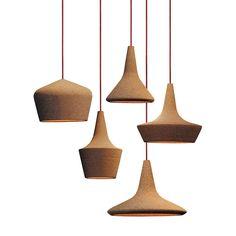 Zowel de kleur als de vormen zijn heel bijzonder te noemen van deze serie hanglampen. De kappen zijn van kurk en ze zijn voorzien van LED verlichting.