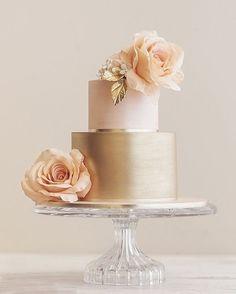 WEBSTA @ icaseibr - Gastronomia| Metálicos podem funcionar como tons neutros, pode acreditar, quando colocados com cores complementares como um rosa quartzo desmaido e o bege empoeirado das rosas. O dourado deu, para este bolo de casamento, um ar chic e quase minimalista. #icasei #decoraçãodecasamento #weddingdecoration #casamento #wedding#bolodecasamento #weddingcake #weddingsweets #topodebolo#caketopper#weddinginspiration#weddingday