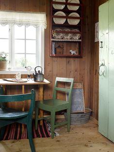 Står opp klokka for å nyte hyttelivet Cottage Kitchen, Scandinavian Home, Decor, House, Home, Interior, Cozy Cabin, Home Decor, Small Living