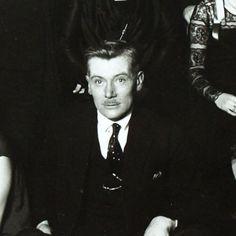 Lucien Lelong entouré de ses catherinettes (1920's)