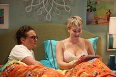 Kaley Cuoco and Johnny Galecki in The Big Bang Theory Tbbt, Big Bang Theory Episodes, Leonard And Penny, The Big Theory, Kaley Couco, Itchy Rash, Johnny Galecki, Star Gossip, Great Comedies