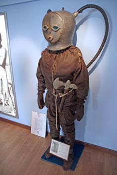 The Strange and Wonderful History of Diving Suits, From 1715 to Today Diving Helmet, Diving Suit, Sea Diving, Deep Sea Diver, Scuba Diving Equipment, Under The Sea, Statue, Steampunk, Dieselpunk