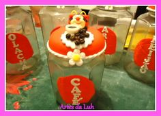 Potes Decorados (Artes da Luh) Decorated Jars, Birthday Candles, Desserts, Cold, Decorating Jars, Hand Crafts, Cold Porcelain, Tailgate Desserts, Mason Jars