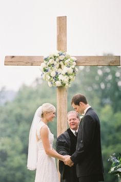 love this idea for people who want a preacher & God's blessing in their marriage but don't want to get married in a church. Wedding Cross, Wedding Bells, Wedding Flowers, Wedding Events, Our Wedding, Wedding Ceremony, Perfect Wedding, Dream Wedding, Wedding Altars