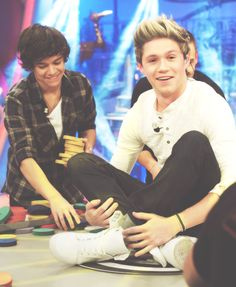 Niall:) LOOK AT HOW MANY BLOCKS FIT IN ONE OF HARRY'S HANDS!!!!