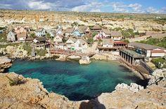 Escondido em Anchor Bay, na pequena ilha de Malta, está um verdadeiro tesouro e uma boa surpresa. Composta por 19 casas de madeira, a Sweethaven, conhecida como Vila Popeye