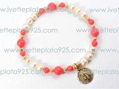 Pulsera con perla natural, coral y oro laminado. Dije medalla San Benito.