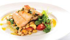 Filete de salmão com feijão branco e legumes da época