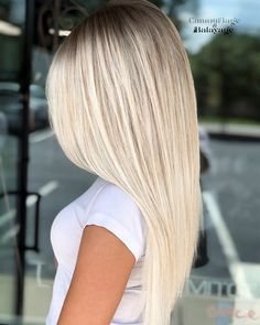 Just visit here and choose the fresh shades of blonde balayage hair colors and hairstyles for long sleek and straight hair looks. Must check out the given balayage hair colors for more amazing look in your hairs. Platinum Blonde Hair Color, Blonde Hair Looks, Brown Blonde Hair, Blonde Shades, Blonde Straight Hair, Platinum Blonde Highlights, Icy Blonde, Thick Hair, Blonde Balayage Highlights
