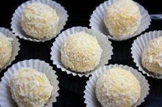La ricetta dei Raffaello al cocco è molto semplice da preparare. Occorre ridurre in polvere dei biscotti secchi e preparare il ripieno facendo fondere il cioccolato bianco a bagnomaria o al microonde.