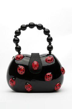 Ist das niedlich, ein Handtäschchen mit süßen kleinen Marienkäferchen verziert. Herzallerliebst!!!