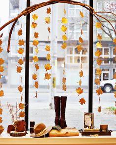Las hojas en otoño son las reinas en la decoración