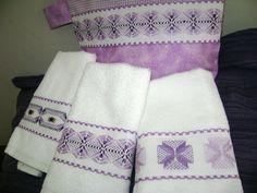De esta manera queda el juego completo de las toallitas faciales en tono lila, bordado yugoslavo sobre cenefa de cuadrillé