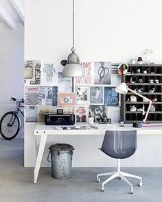 bureau avec lampe de bureau, suspension lumineuse style industriel avec mur blanc, images collées au mur et petit meuble de rangement http://www.unregardcertain.fr/30-idees-et-inspirations-de-decoration-pour-la-piece-du-bureau/2031