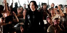 TOP 10 momentos de Jogos Vorazes: A Esperança - Parte 1 Aceita como porta-voz, é hora da Kat gravar vários vídeos incentivando a galera a não desistir da revolta e continuar lutando. Mas quem disse que ela consegue? Haha! A cena em que ela tenta gravar o vídeo é uma das mais divertidas do filme, porque ela não sabe ser uma atriz. Katniss sendo Katniss!
