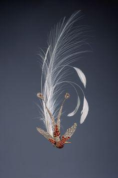 Ci-contre, Aigrette colibri transformable en broche, or, argent, rubis et diamants. Joseph Chaumet, circa 1880. Collection Chaumet Paris