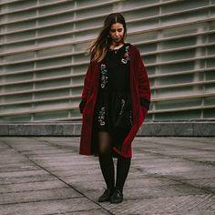 Cuando combinas bordados+terciopelo+rojo y no puedes parar de mirarte  abrigo rojo de terciopelo disponible en la web www.tailorclothing.com  @crisarbizzu