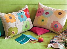 Des coussins décorés de fleurs colorées