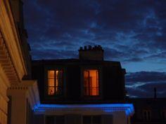 Bleu orange bleu : La terrasse de l'Odéon où nous buvons allègrement après l'écoute des livres, est propice aux photos favorables. Le ciel de ce lundi-là s'y prête avec complaisance.  Je suis en fort bonne compagnie, rencontre aussi de nouvelles personnes, mais pour autant pense encore à toi.  Il est bientôt temps de rentrer.      [lundi 18 juin 2012 22:50, de la terrasse de l'Odéon]  130121 2114   gilda_f