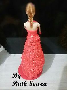 Boneca tipo Barbie com roupa de p�talas de flores em EVA, Fazemos noivas…
